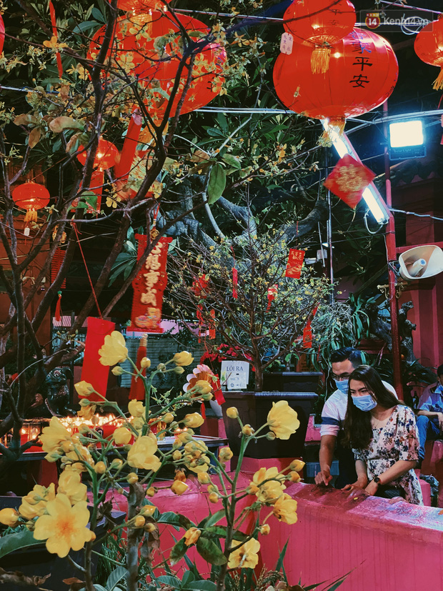 Sài Gòn đêm Valentine: Hội ế tranh thủ đi chùa thoát kiếp FA, couple tràn ra phố đi bộ Nguyễn Huệ đến mức kẹt đường! - ảnh 6