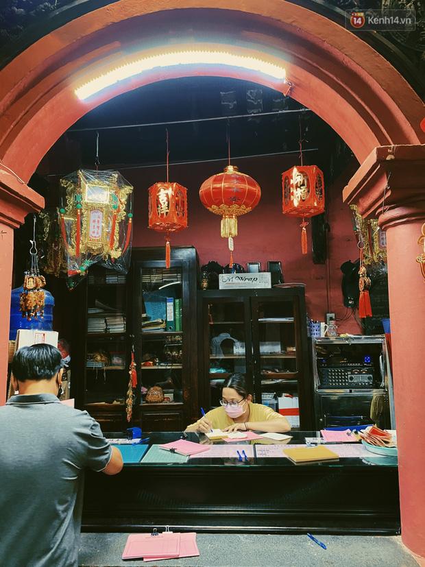 Sài Gòn đêm Valentine: Hội ế tranh thủ đi chùa thoát kiếp FA, couple tràn ra phố đi bộ Nguyễn Huệ đến mức kẹt đường! - ảnh 8