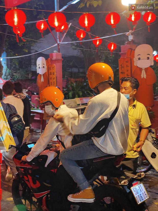 Sài Gòn đêm Valentine: Hội ế tranh thủ đi chùa thoát kiếp FA, couple tràn ra phố đi bộ Nguyễn Huệ đến mức kẹt đường! - ảnh 9