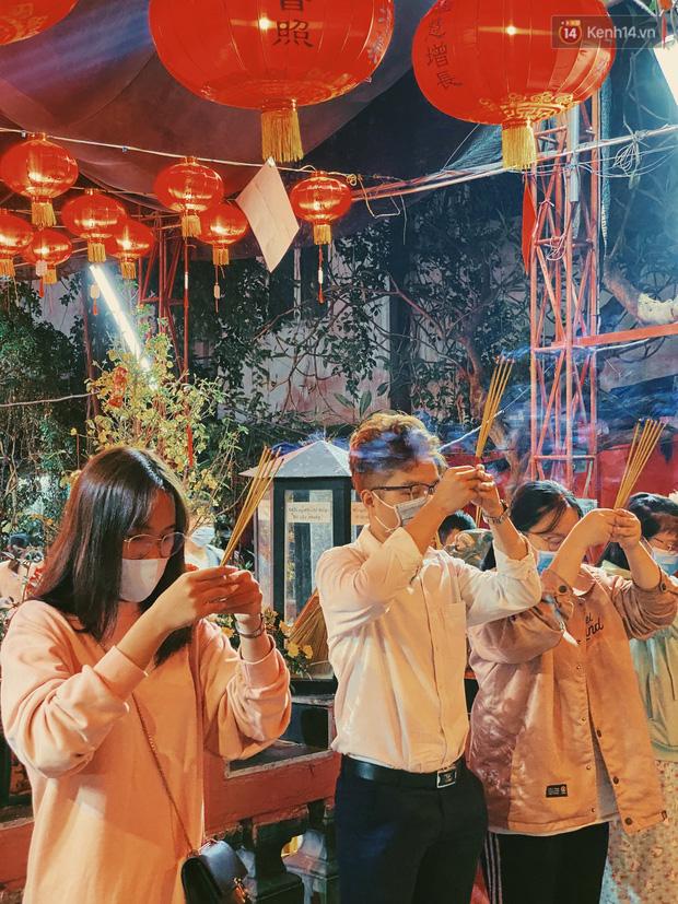 Sài Gòn đêm Valentine: Hội ế tranh thủ đi chùa thoát kiếp FA, couple tràn ra phố đi bộ Nguyễn Huệ đến mức kẹt đường! - ảnh 10