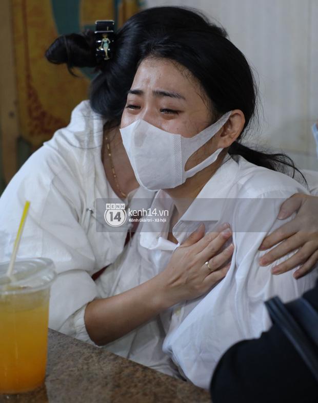 Tang lễ cố diễn viên Hải Đăng: Vợ sắp cưới gần như ngã quỵ, không rời thi hài nửa bước, bố mẹ lặng người bên quan tài con trai - Ảnh 8.