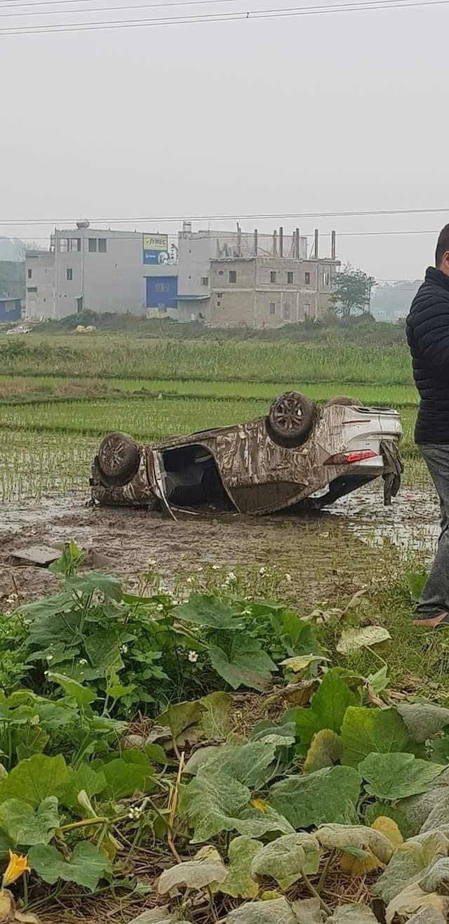 Ô tô cày nát ruộng lúa rồi lật ngửa, 3 người trên xe đạp cửa bò ra ngoài, thoát nạn  - Ảnh 4.