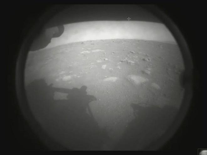 Tàu thám hiểm NASA vừa hạ cánh xuống sao Hỏa và đây là những hình ảnh đầu tiên được gửi về - Ảnh 1.