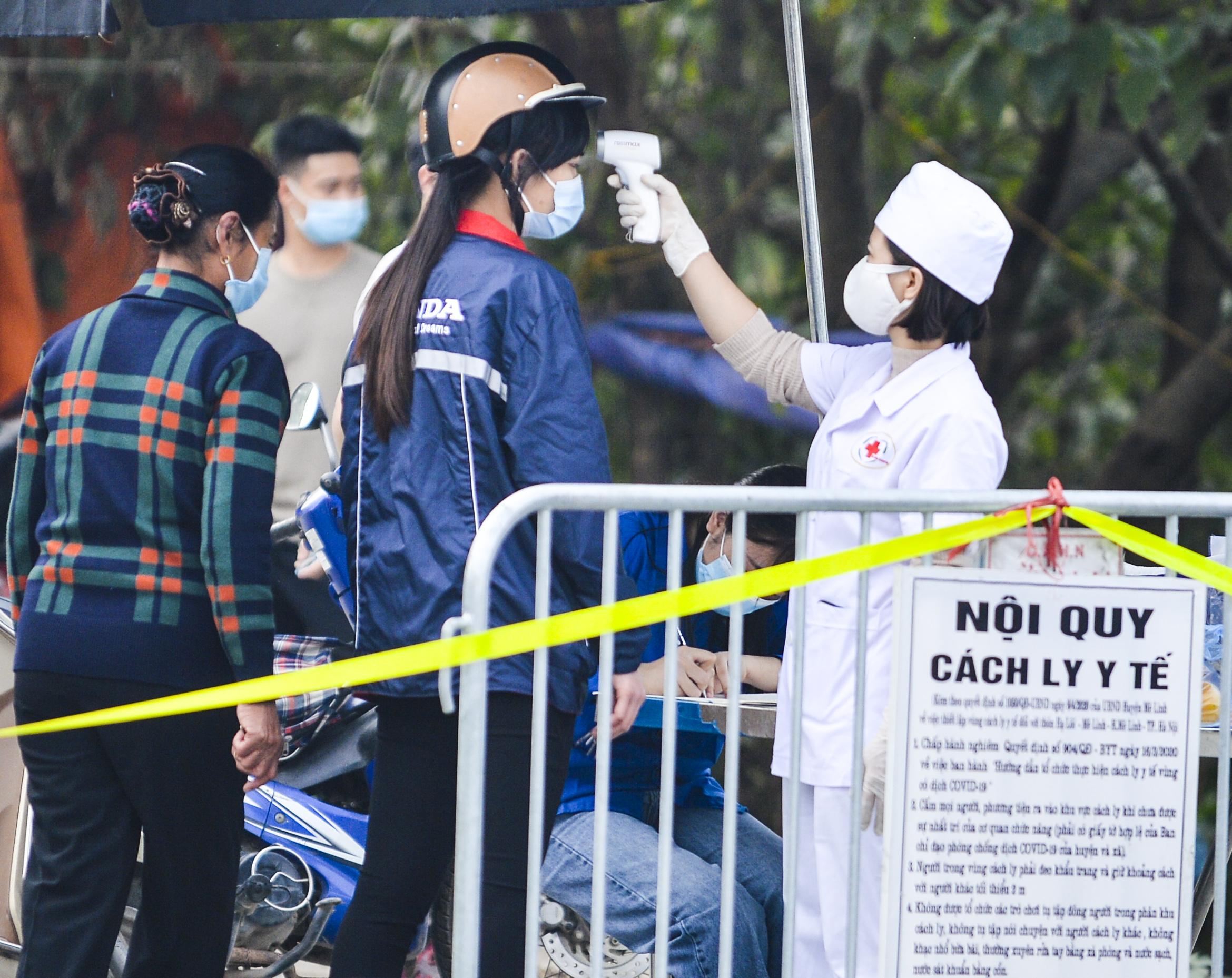 [Ảnh] Xe tuyên truyền phòng, chống COVID-19 ngày đêm đi quanh thôn có người dương tính SARS-CoV-2 ở Hà Nội - Ảnh 1.