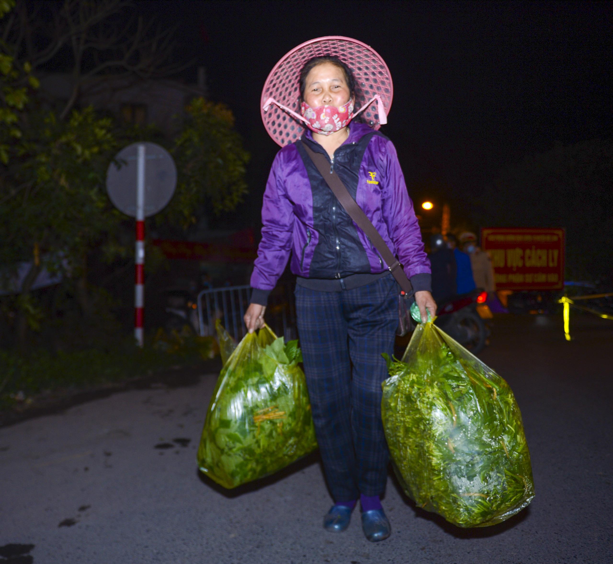 [Ảnh] Xe tuyên truyền phòng, chống COVID-19 ngày đêm đi quanh thôn có người dương tính SARS-CoV-2 ở Hà Nội - Ảnh 12.