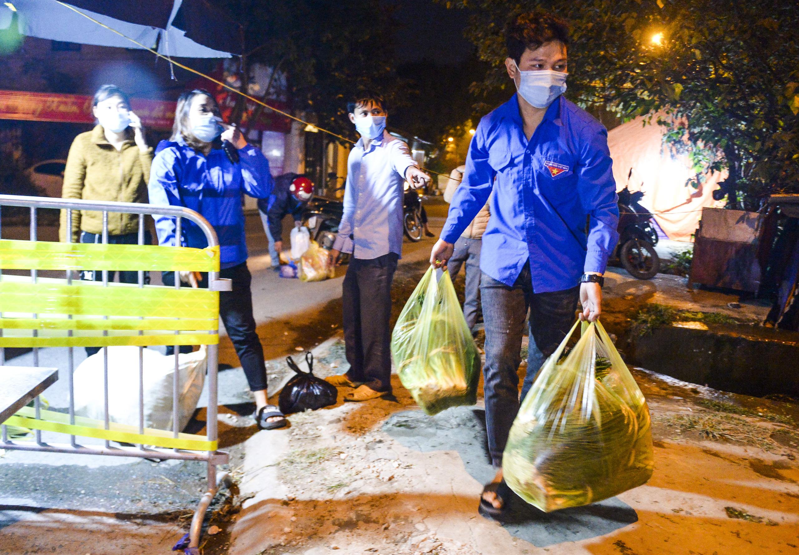 [Ảnh] Xe tuyên truyền phòng, chống COVID-19 ngày đêm đi quanh thôn có người dương tính SARS-CoV-2 ở Hà Nội - Ảnh 11.