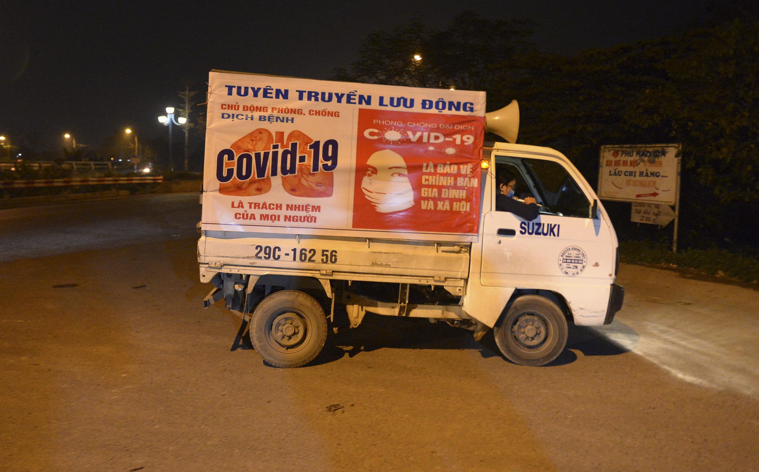 [Ảnh] Xe tuyên truyền phòng, chống COVID-19 ngày đêm đi quanh thôn có người dương tính SARS-CoV-2 ở Hà Nội - Ảnh 3.