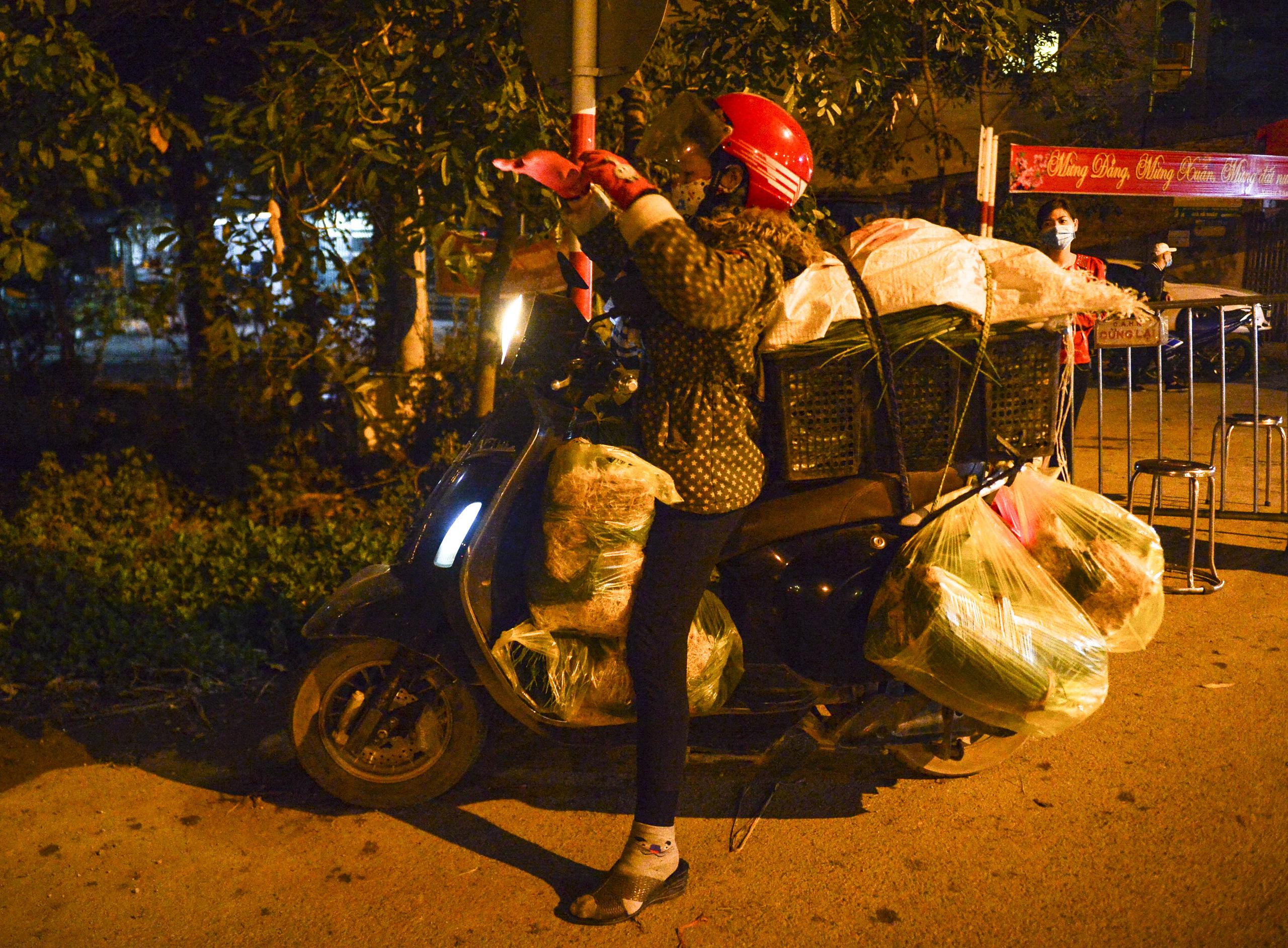 [Ảnh] Xe tuyên truyền phòng, chống COVID-19 ngày đêm đi quanh thôn có người dương tính SARS-CoV-2 ở Hà Nội - Ảnh 7.