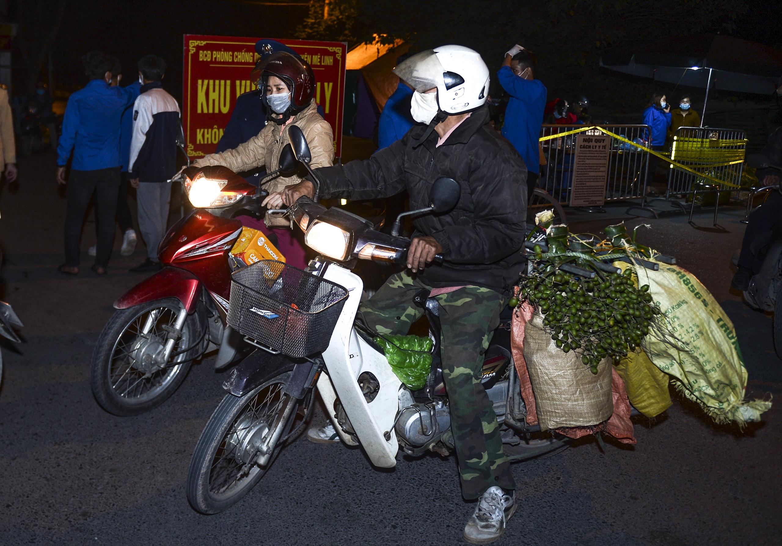 [Ảnh] Xe tuyên truyền phòng, chống COVID-19 ngày đêm đi quanh thôn có người dương tính SARS-CoV-2 ở Hà Nội - Ảnh 6.