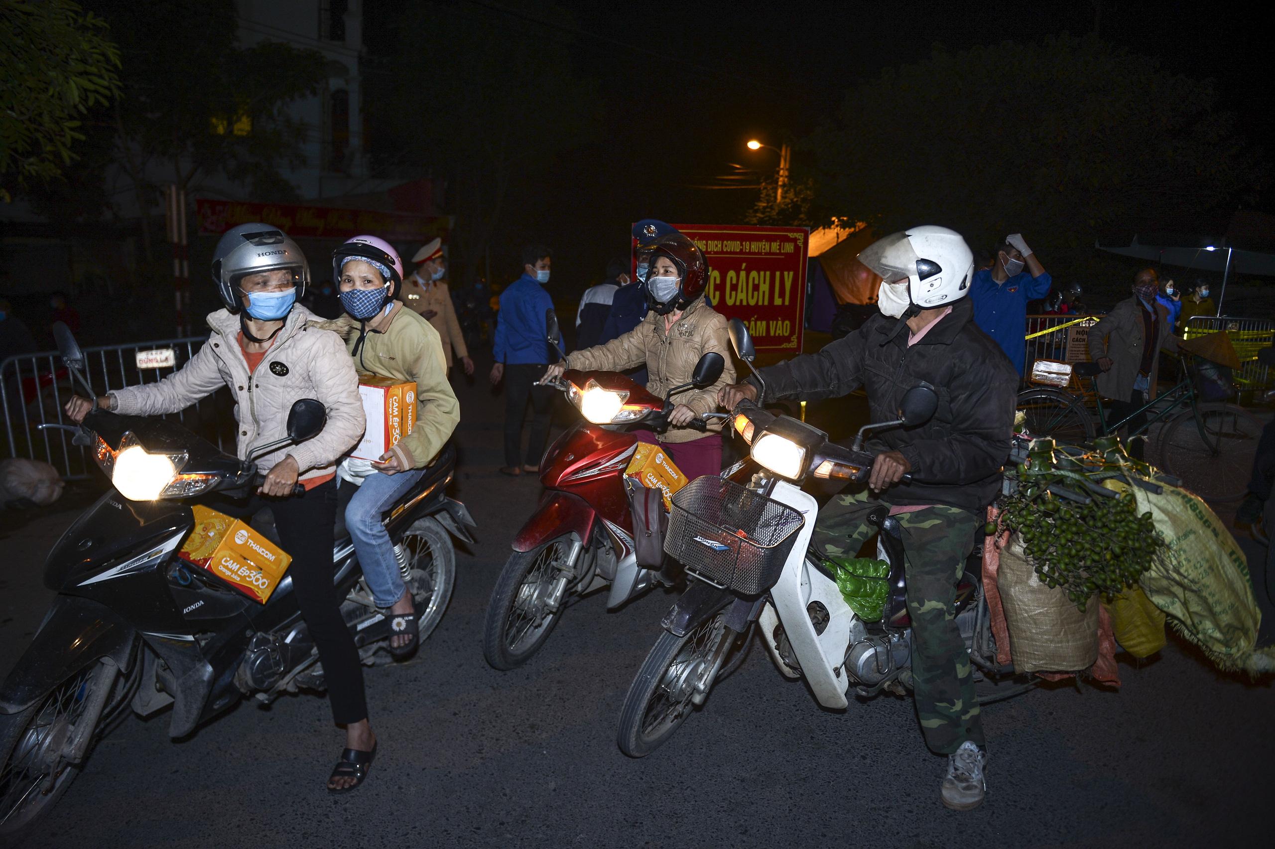 [Ảnh] Xe tuyên truyền phòng, chống COVID-19 ngày đêm đi quanh thôn có người dương tính SARS-CoV-2 ở Hà Nội - Ảnh 5.