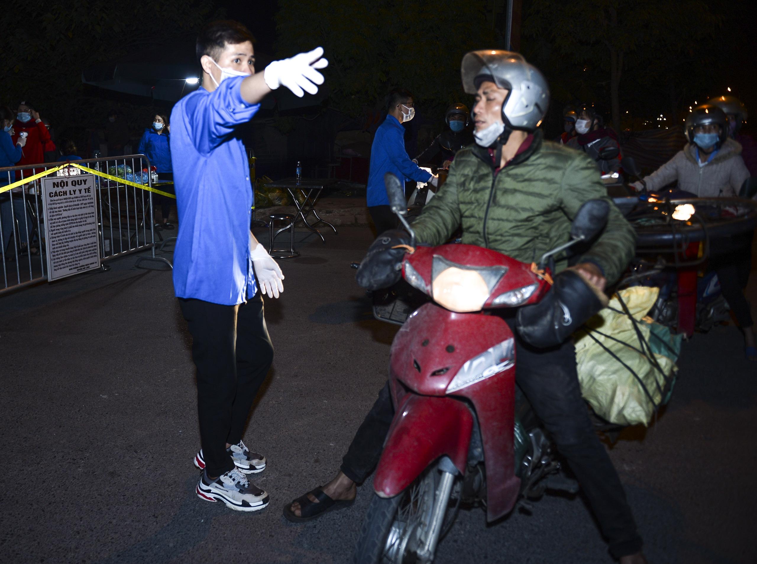 [Ảnh] Xe tuyên truyền phòng, chống COVID-19 ngày đêm đi quanh thôn có người dương tính SARS-CoV-2 ở Hà Nội - Ảnh 4.