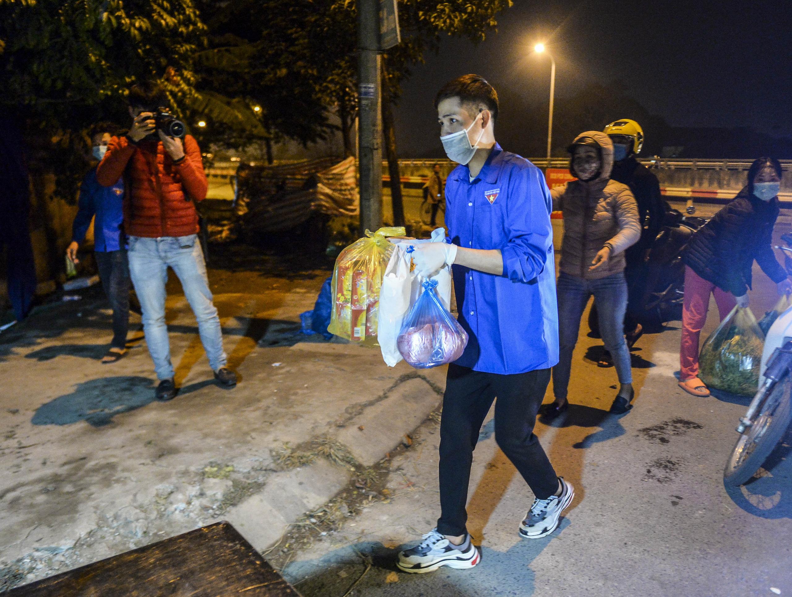 [Ảnh] Xe tuyên truyền phòng, chống COVID-19 ngày đêm đi quanh thôn có người dương tính SARS-CoV-2 ở Hà Nội - Ảnh 10.