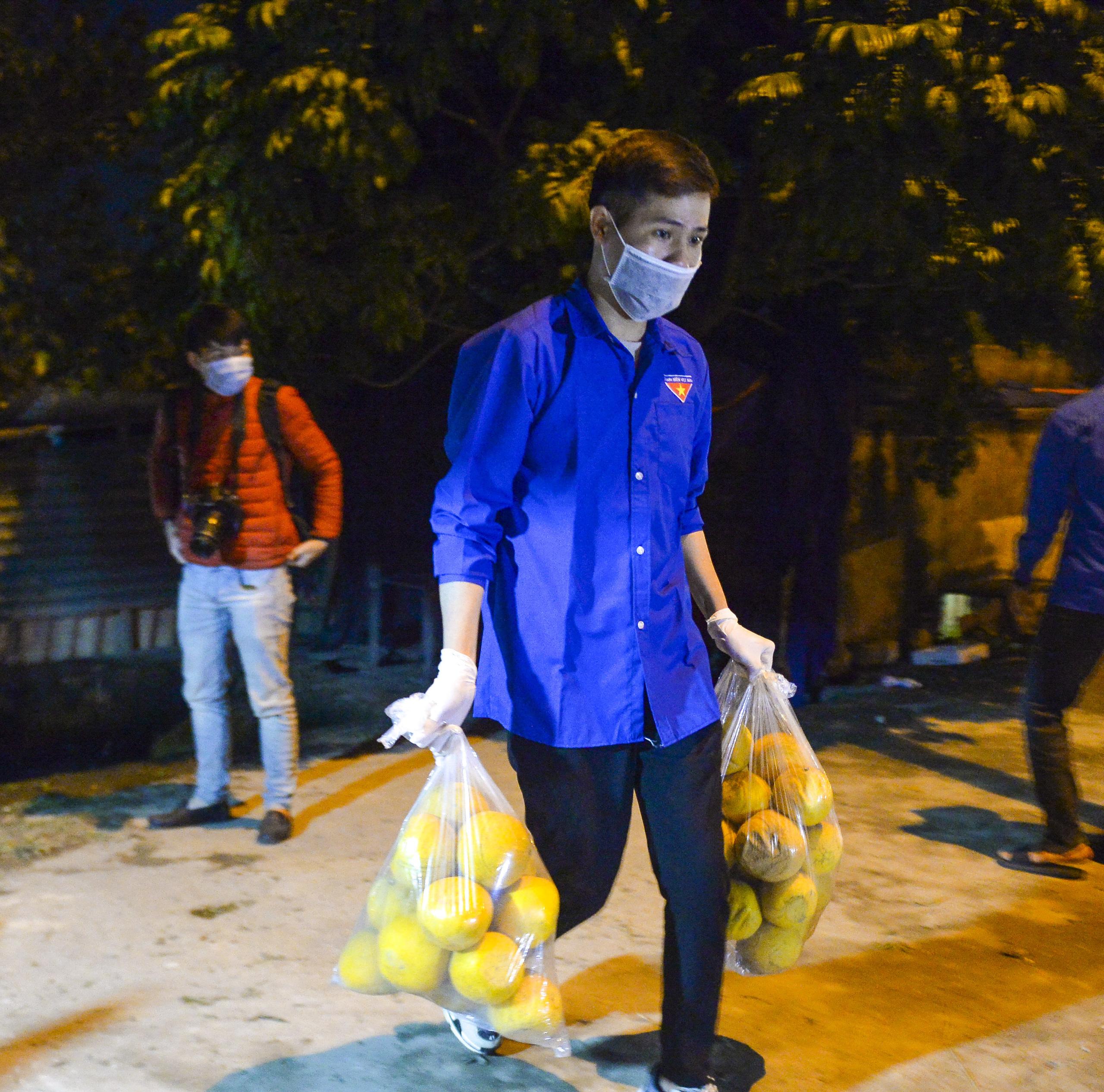 [Ảnh] Xe tuyên truyền phòng, chống COVID-19 ngày đêm đi quanh thôn có người dương tính SARS-CoV-2 ở Hà Nội - Ảnh 8.