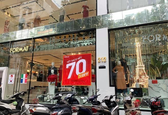 Nhiều hãng thời trang, cửa hàng thi nhau 'xả hàng', giảm giá 80%... khách vẫn thờ ơ - Ảnh 1.