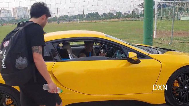 Bùi Tiến Dũng sắm siêu xe, Văn Lâm sang Nhật Bản & định kiến nghiệt ngã của bóng đá Việt - Ảnh 1.