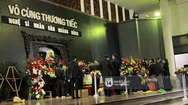 Tang lễ cố NSND Hoàng Dũng: Người thân lặng lẽ bên linh cữu, NS Công Lý - Việt Anh cùng nhiều đồng nghiệp đến tiễn biệt - Ảnh 11.