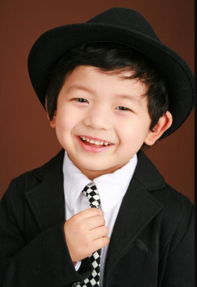 Cậu nhóc gây bão với biểu cảm 'cười đểu', 10 năm sau lột xác chóng mặt, thành tích học siêu khủng - ảnh 3