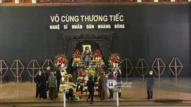 Tang lễ cố NSND Hoàng Dũng: Người thân lặng lẽ bên linh cữu, NS Công Lý - Việt Anh cùng nhiều đồng nghiệp đến tiễn biệt - Ảnh 10.