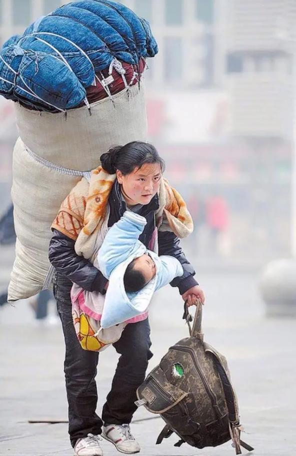 Ít tháng sau bức ảnh chấn động, người mẹ trong hình chịu bi kịch xé lòng: Nghèo ở TQ đáng sợ tới mức nào? - Ảnh 1.