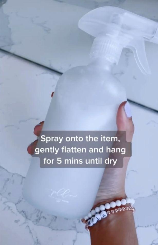 Sau khi xịt, hãy vuốt phẳng chiếc áo và để nó tự khô trong 5 phút.