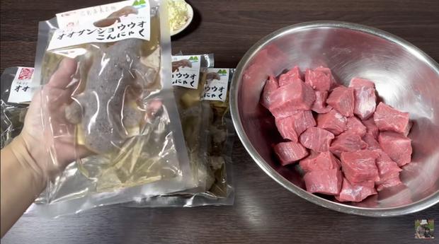 Gia đình Quỳnh Trần JP khiến fan hú hồn vì ăn nguyên đàn thạch sùng khổng lồ, ông xã cô có biểu cảm 'lầy lội' - ảnh 1