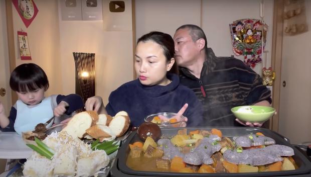 Gia đình Quỳnh Trần JP khiến fan hú hồn vì ăn nguyên đàn thạch sùng khổng lồ, ông xã cô có biểu cảm 'lầy lội' - ảnh 10