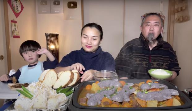 Gia đình Quỳnh Trần JP khiến fan hú hồn vì ăn nguyên đàn thạch sùng khổng lồ, ông xã cô có biểu cảm 'lầy lội' - ảnh 5
