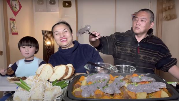 Gia đình Quỳnh Trần JP khiến fan hú hồn vì ăn nguyên đàn thạch sùng khổng lồ, ông xã cô có biểu cảm 'lầy lội' - ảnh 7