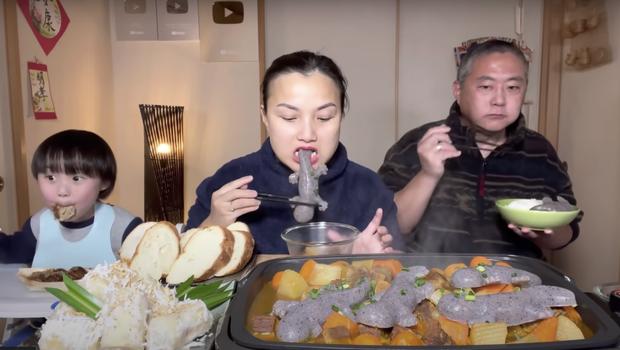Gia đình Quỳnh Trần JP khiến fan hú hồn vì ăn nguyên đàn thạch sùng khổng lồ, ông xã cô có biểu cảm 'lầy lội' - ảnh 8