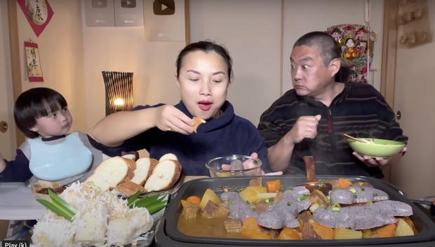 Gia đình Quỳnh Trần JP khiến fan hú hồn vì ăn nguyên đàn thạch sùng khổng lồ, ông xã cô có biểu cảm 'lầy lội' - ảnh 9