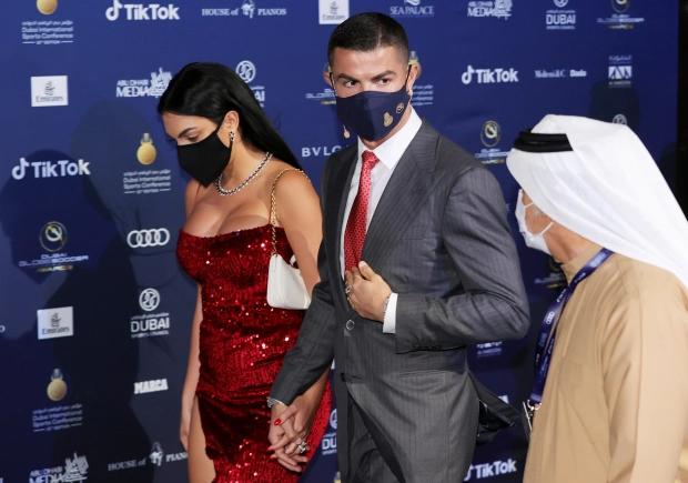 Bạn gái Ronaldo bất ngờ chụp ảnh khỏa thân, táo tợn nháy mắt trêu NHM - Ảnh 4.