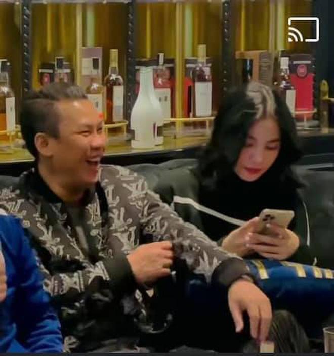 Lộ clip gái xinh An Giang 2k2 ngồi với chồng cũ Lệ Quyên, bàn tay của đại gia tiết lộ mối quan hệ đặc biệt trên tình bạn - Ảnh 3.