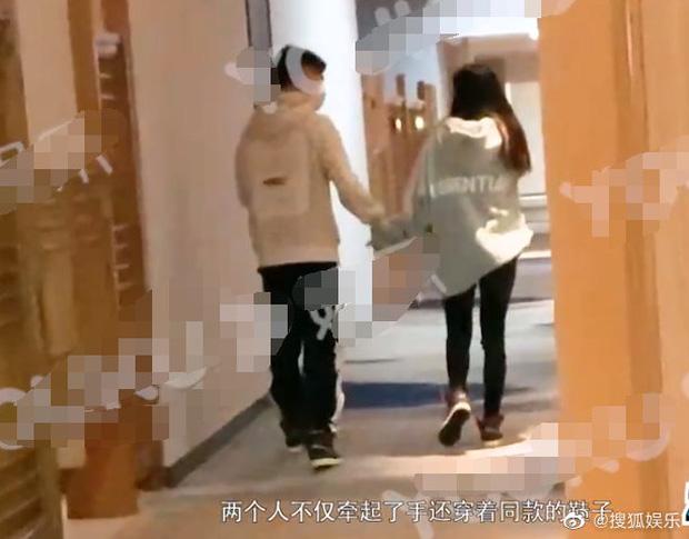 Tiểu Triệu Lệ Dĩnh bị tung ảnh hẹn hò ngay đầu năm mới: Nắm tay nhau vào khách sạn, nam chính gây bão vì quá đẹp trai - Ảnh 2.