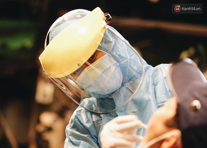 Đang nhậu ở Sài Gòn thì bất ngờ được lấy mẫu xét nghiệm Covid-19: Người thích thú, người lo lắng định bỏ về - Ảnh 11.