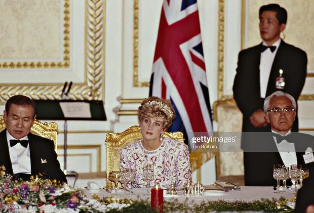 15 bức ảnh không thể quên của Công nương Diana suốt 15 năm chôn chân trong hôn nhân bi kịch: Hạnh phúc chẳng mấy mà sao khổ đau chất đầy? - Ảnh 12.