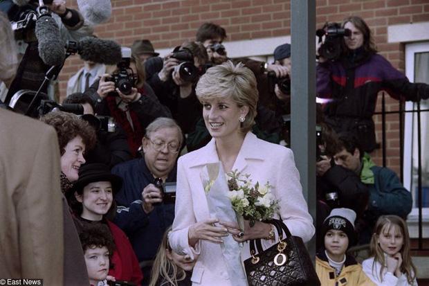 15 bức ảnh không thể quên của Công nương Diana suốt 15 năm chôn chân trong hôn nhân bi kịch: Hạnh phúc chẳng mấy mà sao khổ đau chất đầy? - Ảnh 14.