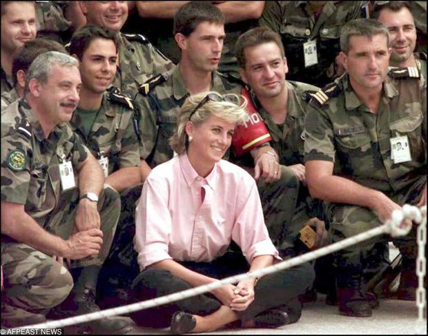 15 bức ảnh không thể quên của Công nương Diana suốt 15 năm chôn chân trong hôn nhân bi kịch: Hạnh phúc chẳng mấy mà sao khổ đau chất đầy? - Ảnh 15.