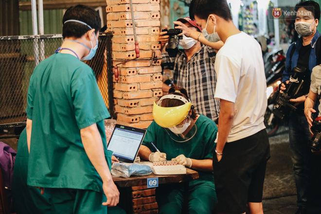 Đang nhậu ở Sài Gòn thì bất ngờ được lấy mẫu xét nghiệm Covid-19: Người thích thú, người lo lắng định bỏ về - Ảnh 4.