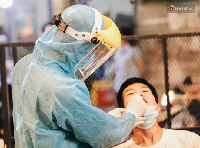 Đang nhậu ở Sài Gòn thì bất ngờ được lấy mẫu xét nghiệm Covid-19: Người thích thú, người lo lắng định bỏ về - Ảnh 5.