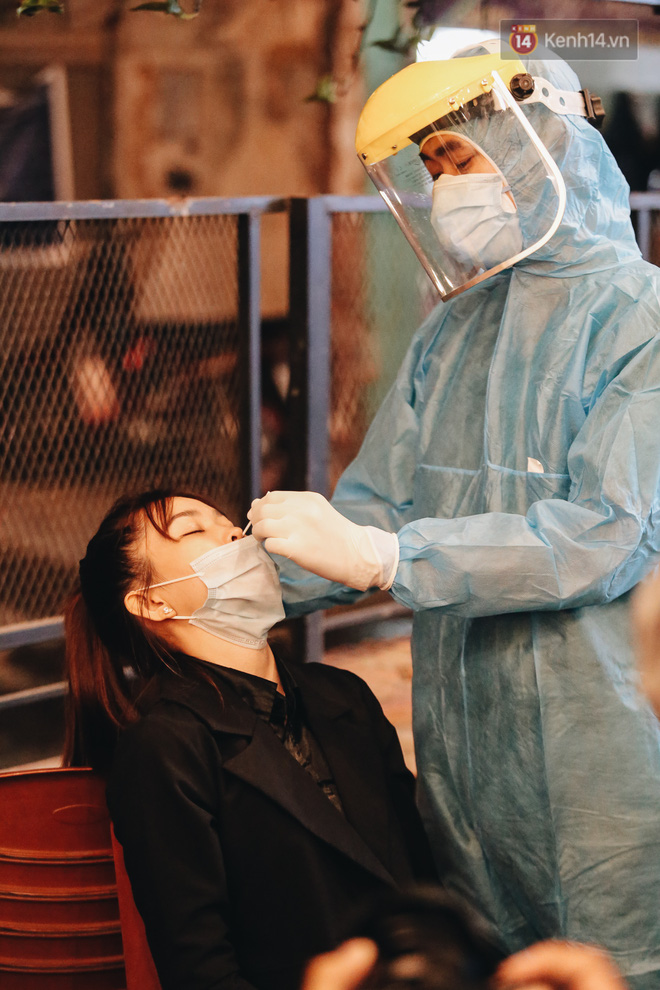Đang nhậu ở Sài Gòn thì bất ngờ được lấy mẫu xét nghiệm Covid-19: Người thích thú, người lo lắng định bỏ về - Ảnh 6.