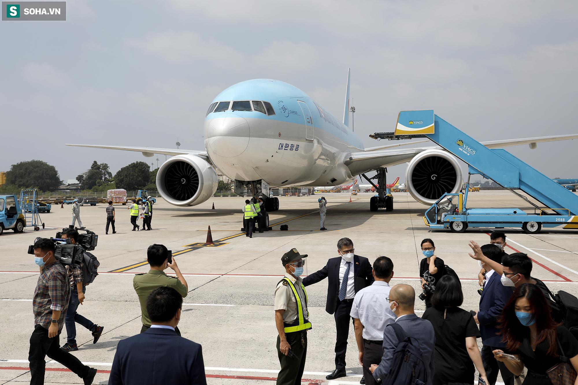 [ẢNH] Cận cảnh đưa 117.000 liều vắc xin Covid-19 đầu tiên được ra khỏi máy bay tại Tân Sơn Nhất - Ảnh 3.