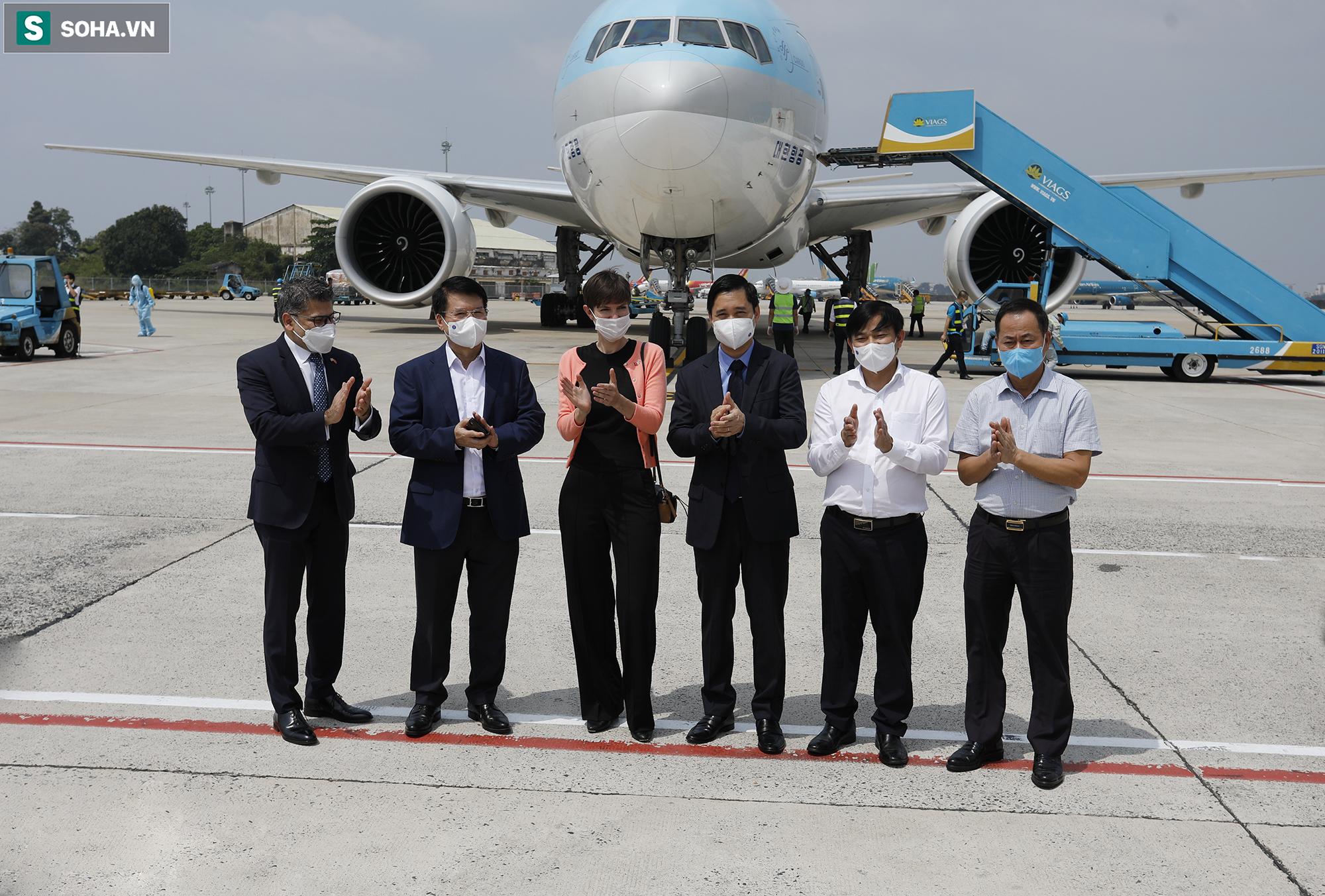 [ẢNH] Cận cảnh đưa 117.000 liều vắc xin Covid-19 đầu tiên được ra khỏi máy bay tại Tân Sơn Nhất - Ảnh 5.