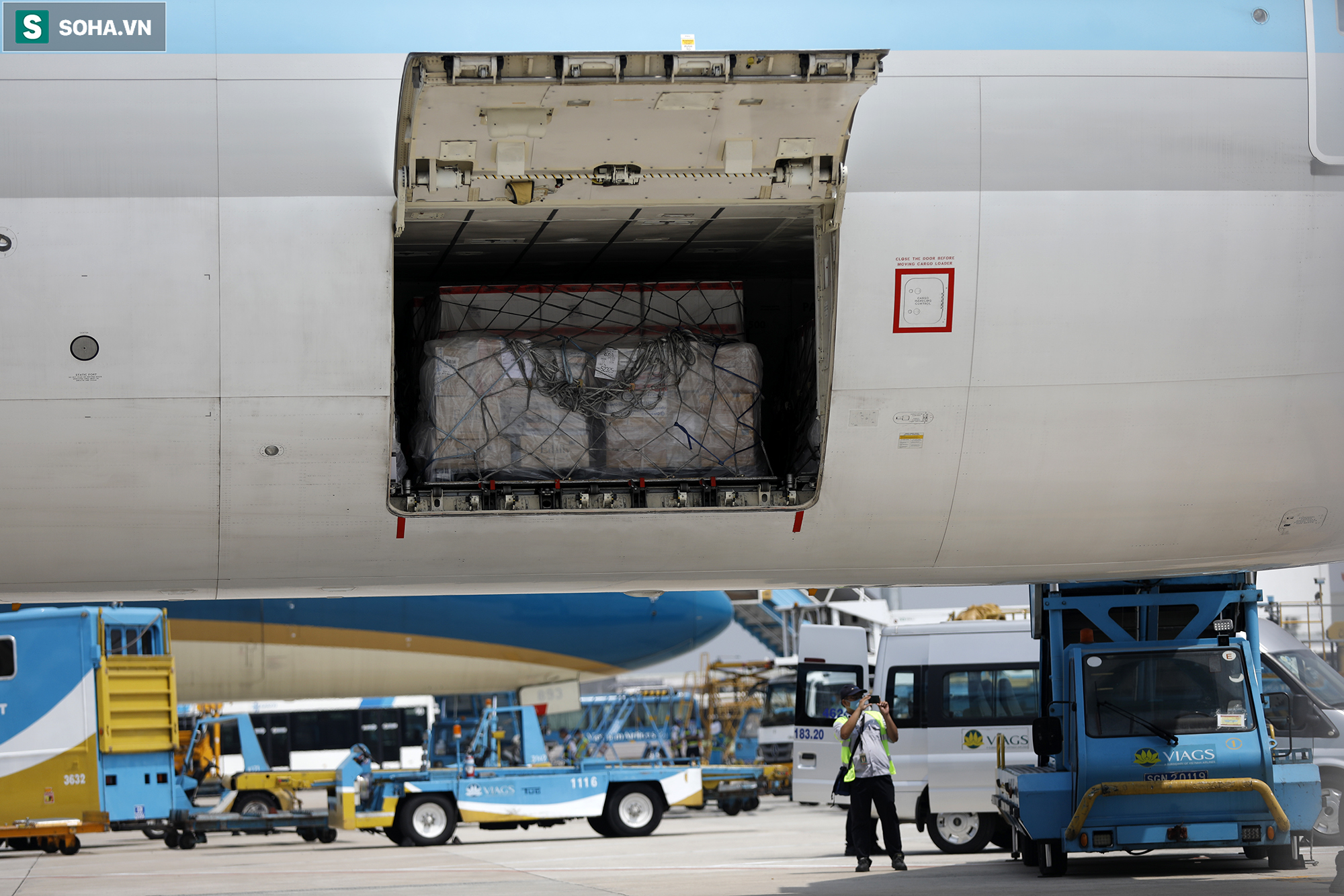 [ẢNH] Cận cảnh đưa 117.000 liều vắc xin Covid-19 đầu tiên được ra khỏi máy bay tại Tân Sơn Nhất - Ảnh 4.