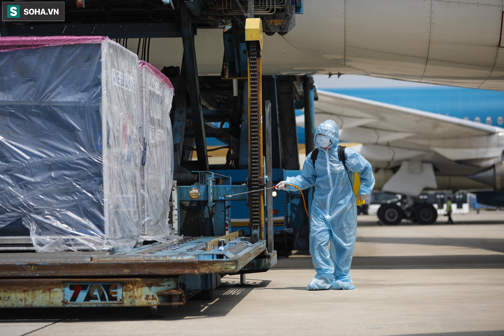 [ẢNH] Cận cảnh đưa 117.000 liều vắc xin Covid-19 đầu tiên được ra khỏi máy bay tại Tân Sơn Nhất - Ảnh 6.