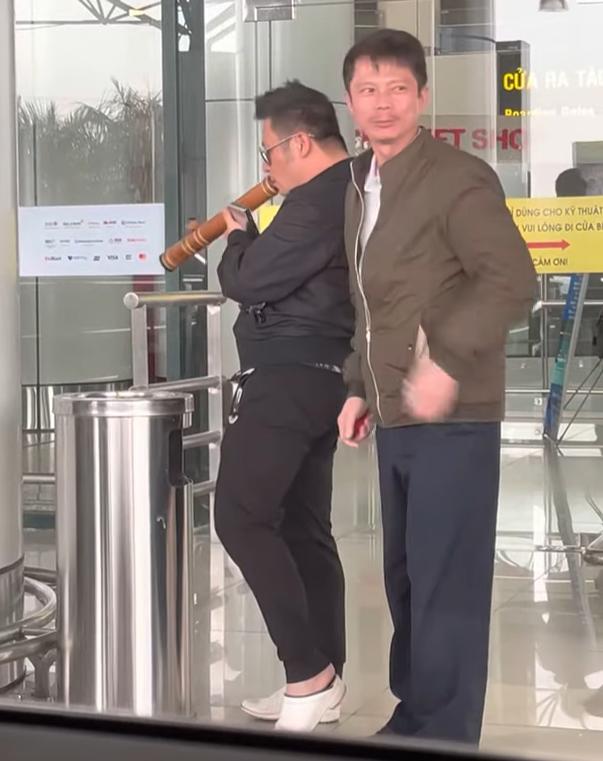 Quang Lê bắt gặp Bằng Kiều hút thuốc lào ngoài sân bay, fan xin chụp hình vẫn cố hút nốt - Ảnh 3.