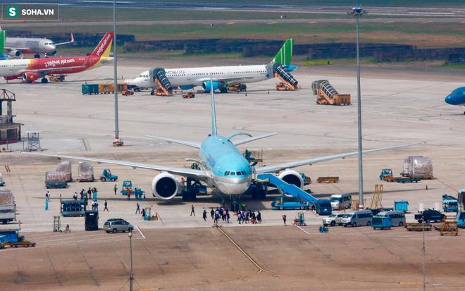 Máy bay chở lô vắc xin COVID-19 đầu tiên về tới Việt Nam, Thứ trưởng Bộ Y tế Trương Quốc Cường ở sân bay tiếp nhận - Ảnh 1.