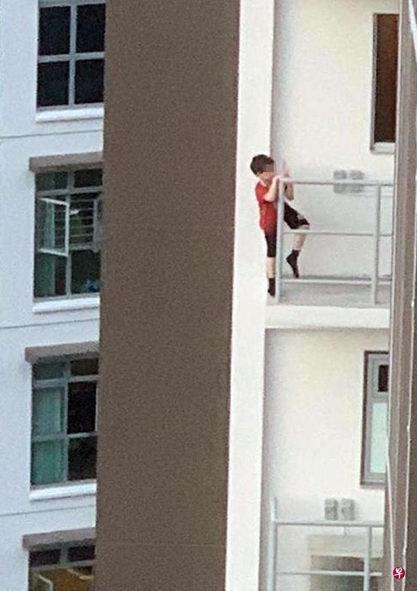 Thót tim hình ảnh bé trai 7 tuổi trèo ra ban công tầng 11 vì một thứ phổ biến, cha mẹ nào cũng cho con làm - Ảnh 1.