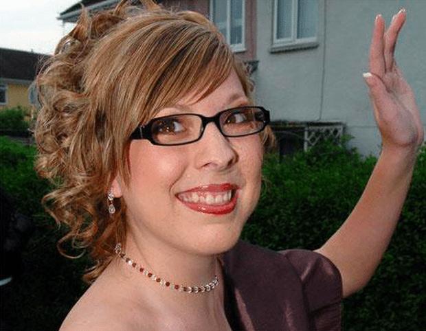 Gương mặt biến dạng vì khối u, bé gái bị hàng xóm bảo ra đường phải mang bao trùm đầu để rồi có màn vịt hóa thiên nga ngay ngày cưới - Ảnh 3.