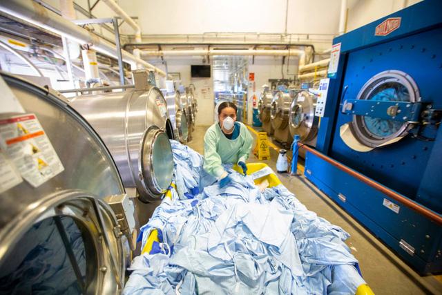 Anh: Nghiên cứu cho thấy SARS-CoV-2 có thể sống trên vải may mặc tới 3 ngày - Ảnh 2.