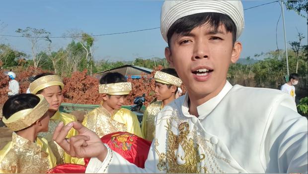 Một YouTuber đình đám của Việt Nam vừa cưới vợ, sính lễ vô cùng khác lạ nhưng cũng chưa gây chú ý bằng dàn phù rể - Ảnh 1.